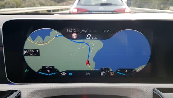 L'écran des compteurs est entièrement personnalisable: on peut vraiment mettre les infos de son choix sur les trois zones ou avoir la navigation et juste un indicateur de vitesse.