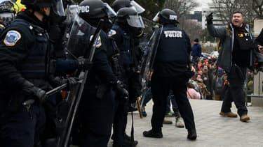 Des partisans de Trump face à la police devant le Capitole de Washington, le 6 janvier 2021