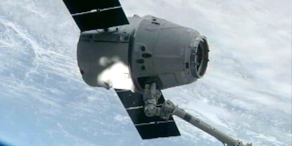 Image de la capsule Dragon SpaceX tirée d'une vidéo filmée depuis la station spatiale internationale le 3 mars 2013