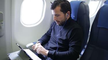 La compagnie aérienne propose le système de divertissement sur tablette, gratuitement à ses passagers de la classe haut de gamme et en location en classe économique.