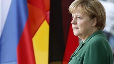 """Dans un document coordonné par le député Jean-Christophe Cambadélis, le Parti socialiste français fustige """"l'intransigeance égoïste"""" de la chancelière Angela Merkel et appelle à """"l'affrontement démocratique"""" contre l'Allemagne. Ce dossier sera soumis aux"""