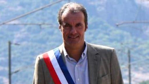 Luc Jousse, maire de Robquebrune-sur-Argens, portant l'écharpe républicaine.