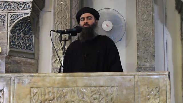 """Le chef de l'Etat islamique, Abou Bakr Al-Baghdadi, désigné """"calife"""", est apparu ce samedi pour la première fois dans une vidéo."""