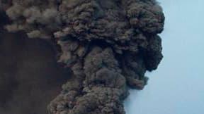 Vue du panache de cendres dimanche au-dessus du volcan Eyjafjöll, en Islande. L'espace aérien de l'Ecosse et de l'Angleterre est partiellement fermé dimanche de 12h00 à 18h00 GMT en raison du nuage de cendres volcaniques venu d'Islande, mais les aéroports