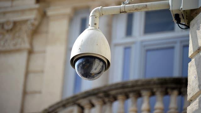 Les policiers sécurisaient l'installation d'une caméra dans un quartier où les deals de drogue seraient fréquents.