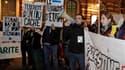 """Une centaine de militants pro-palestiniens ont manifesté mercredi soir à Toulouse pour critiquer ce qu'ils considèrent comme la """"politique de colonisation"""" du Premier ministre israélien Benjamin Netanyahu et dénoncer sa visite en France. /Photo prise le 3"""