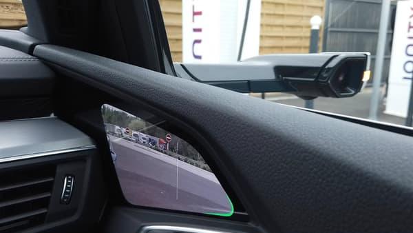 Le bord de l'écran illuminé en vert signale que le clignotant est enclenché de ce côté.