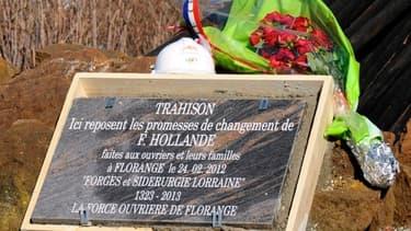 """La stèle qui marque la """"trahison"""" de François Hollande à Florange a fini sur ebay, pour la bonne cause."""