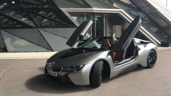 4,70 mètres de long, une carrosserie en fibre de carbone, un look racé, la i8 roadster ne passe pas inaperçue.