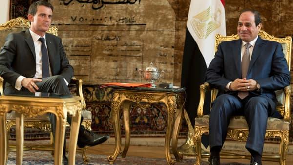 Manuel Valls et Abdel Fattah al-Sissi, le 10 octobre, au Caire.