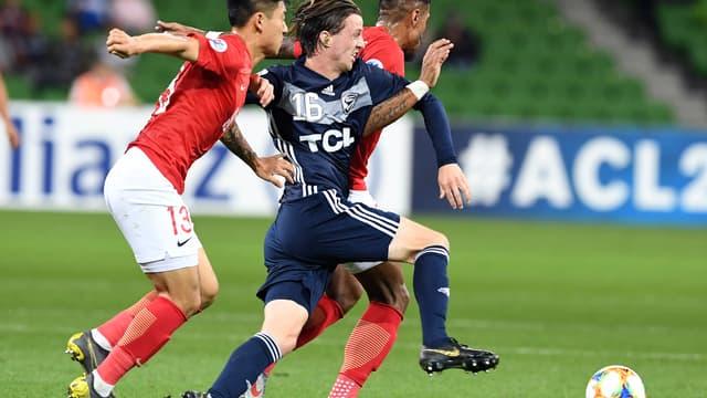 Josh Hope sous les couleurs de Melbourne Victory en bleu