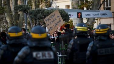 CRS face à des manifestants.