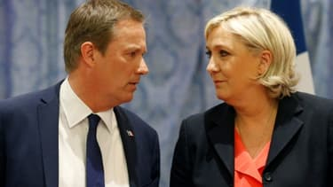 La présidente du FN Marine Le Pen (D), et le président de Debout la France, Nicolas Dupont-Aignan, lors d'une rencontre au siège du Front national, le 29 avril 2017