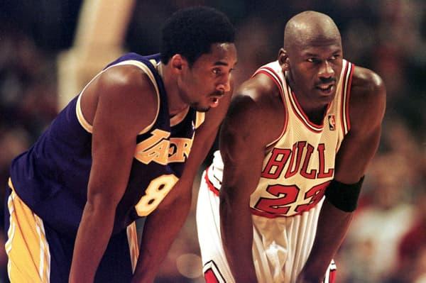 Kobe Bryant (à gauche) et Michael Jordan en décembre 1997