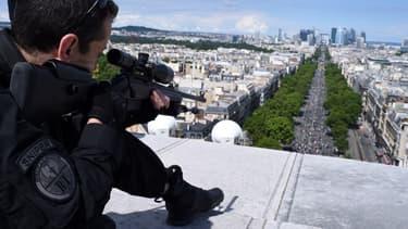 Un sniper posté sur l'Arc de Triomphe, le 14 juillet 2016.