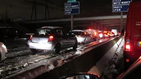 Embouteillage entre Palaiseau et Paris, jeudi matin. Après une nuit de chaos provoquée par des chutes de neige sans précédent depuis 1987 en Ile-de-France, la circulation et les transports ont repris peu à peu jeudi dans la région parisienne. /Photo prise