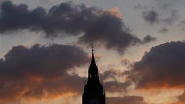 Le soleil se couche derrière le palais de Westminster, à Londres. Les Britanniques passeraient six mois de leur existence à discuter de la pluie, du beau temps et de tout ce qui a trait à la météo en général, à en croire une étude publiée vendredi par Llo