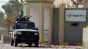Rebelles libyens à l'entrée sud de la caserne Bab Al Aziziah, quartier général de Mouammar Kadhafi à Tripoli, pris d'assaut et pillé. Le Conseil national de transition (CNT) formé à Benghazi par les rebelles libyens a promis mercredi une récompense de 1,3