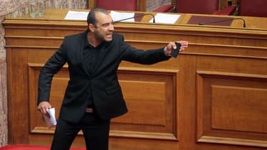 La sortie mouvementée de Panayiotis Iliopoulos, député du groupe néo-nazi Aube dorée, vendredi 17 mai.