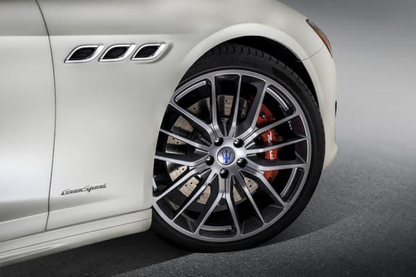 La Maserati Quattroporte d'entrée de gamme passe à 350 chevaux, c'est l'un des principaux changements en plus d'une planche de bord redessinée.