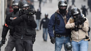 Des policiers équipés de LBD