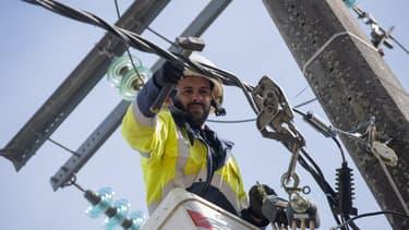 Un employé d'Enedis répare une ligne haute-tension à Sarzeau vendredi 2 octobre 2020, après le passage de la tempête Alex sur la Bretagne - photo d'illustration