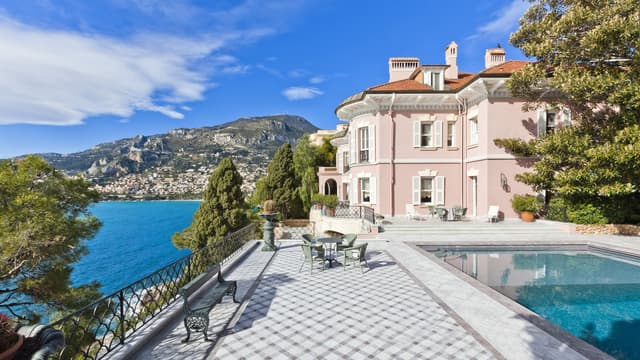 Une luxueuse villa française de 850 m² habitables est à vendre 90 millions d'euros.
