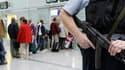 Policier allemand en patrouille à l'aéroport de Munich. Un paquet suspect contenant un détonateur et une horloge a été découvert jeudi en Namibie juste avant d'être embarqué à bord d'un Airbus d'Air Berlin assurant la liaison entre Windhoek et Munich. L'A