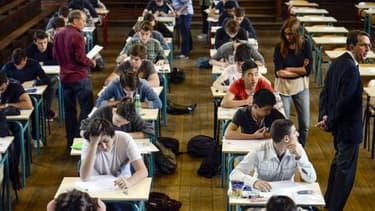 Des élèves planchent sur l'épreuve de philosophie du bac au lycée Jacques Decour, à Paris, le 16 juin 2014.