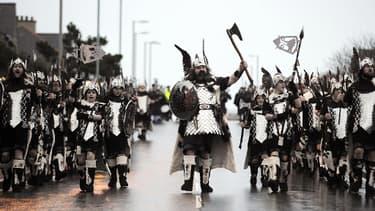 Une fête annuelle viking, dans les îles Shetland, le 28 janvier dernier. Ils ont l'air tout à fait prêts pour Ragnarök.
