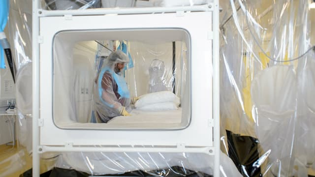 La patiente contaminée devrait être transféré au Royal Free Hospital à Londres, dans une de ces unités d'isolement.