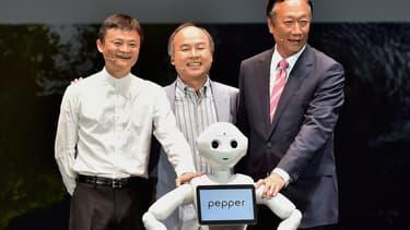 Jack Ma (Alibaba), Masayoshi Son (Softbank) et Terry Gou (Foxconn) souhaitent ensemble un bel avenir à Pepper qui sera en vente au Japon dans quelques jours.
