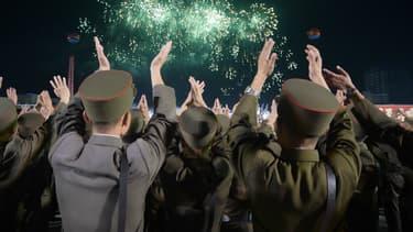 Des soldats de l'armée nord-coréenne célèbrent les scientifiques ayant contribué à un essai nucléaire le 6 septembre 2017.