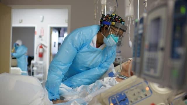 Une soignante avec un patient atteint du Covid-19, le 04 décembre 2020, à l'hôpital United Memorial Medical Center à Houston, au Texas (photo d'illustration)