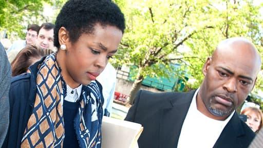 Lauryn Hill à la sortie du tribunal en mai dernier, accompagnée de ses gardes du corps.