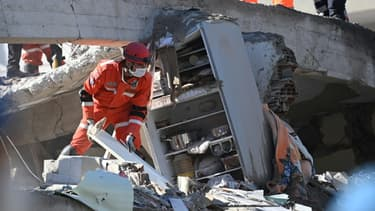 Des secouristes déblaient les décombres d'une immeuble à Izmir, en Turquie, le 1er novembre 2020, deux jours après le puissant séisme qui a secoué la région
