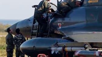 Mirage 2000 sur la base de Solenzara, en Corse d'où la France mène ses raids en Libye. Paris a donné une nouvelle impulsion à son action militaire en Libye en bombardant une base aérienne du centre du pays et en abattant un avion au sol sur l'aéroport de
