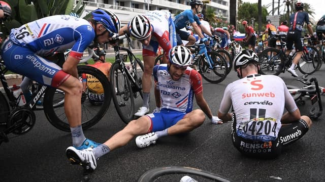 Thibaut Pinot à terre lors de la première étape du Tour de France, à Nice le 29 août 2020