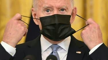 Le président américain Joe Biden enlève son masque avant un discours à la Maison Blanche, le 29 juillet 2021