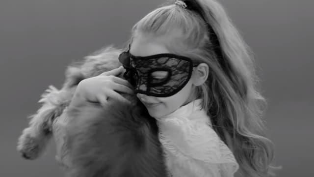 "Giulia, fille de Carla Bruni, dans le son clip ""Un Grand amour""."