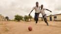 Des enfants jouent au foot dans la banlieue de Kinshasa, en République démocratique du Congo, en juin 2014. (photo d'illustration)