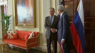 Sergueï Lavrov (g.) et John Kerry, les chefs de la diplomatie russe et américaine, vendredi 14 mars à Londres.