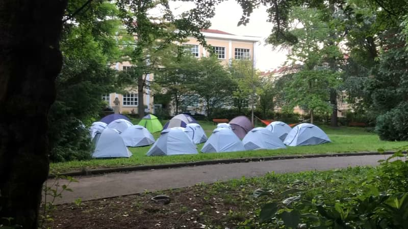 Lyon: des tentes occupées par des migrants installées dans un square de la Croix-Rousse