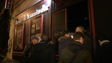 Spectateurs de Dieudonné mercredi soir devant le théâtre dont il est locataire, la Main d'or, dans le 11e arrondissement de Paris.