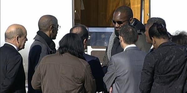Thierry Dol, entouré de ses proches, échange quelques mots avec François Hollande, à sa descente d'avion.