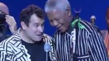 Johnny Clegg rejoint sur scène par Nelson Mandela, en 1999.