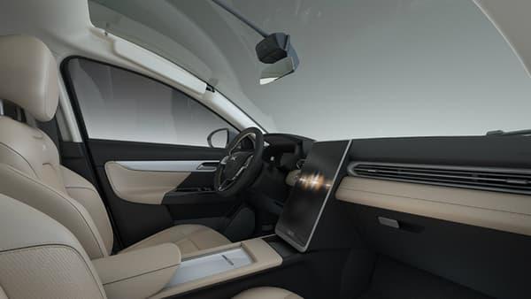 De grands écrans dans l'habitacle, la planche de bord rappelle celle des modèles Tesla.