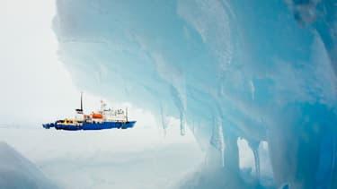 Le MV Akademik Shokalskiy, toujours pris au piège dans les glaces, le 30 décembre, près de l'Antarctique.