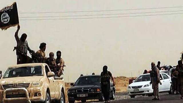 Une image mise en ligne le 14 juin 2014 sur un site jihadiste montre des soldats de Daesh sur une route irakienne. -