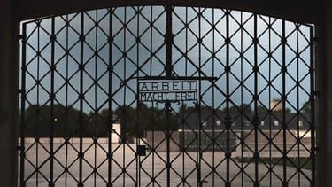 La porte en fer forgé du camp de concentration de Dachau en Allemagne.